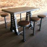 Tavolo con sgabelli