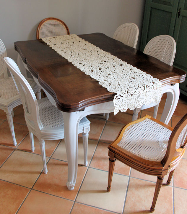... sfilo in Rovere in stile decapè con gruppo di sei sedie a medaglione